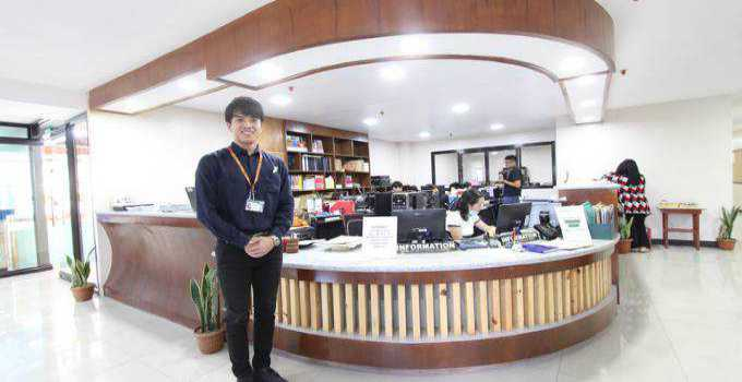 front desk tại Main Campus của Pines