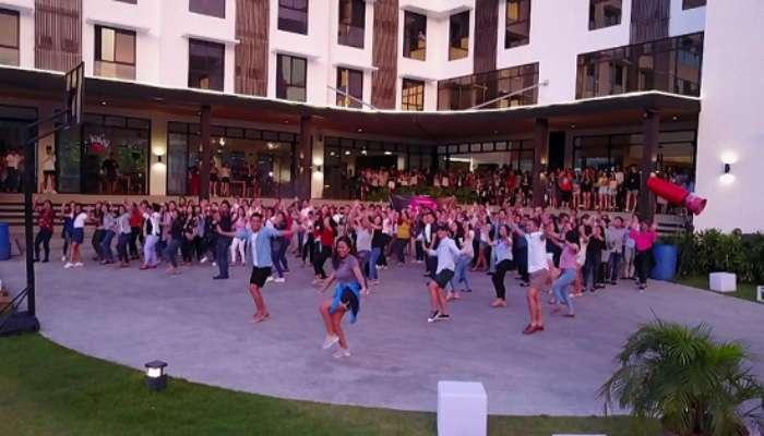 học viên của trường Anh ngữ EV Academy cùng nhau nhảy múa